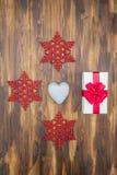 Geschenkboxverpackungsband mit Liebesherzen und Schnee formt stockfotos