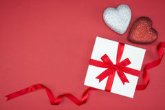 Geschenkboxverpackungsseidenband mit Liebesherzform Stockfotos