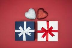 Geschenkboxverpackungsseidenband mit Liebesherzform stockfoto