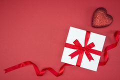 Geschenkboxverpackungsseidenband mit Liebesherzform stockbild