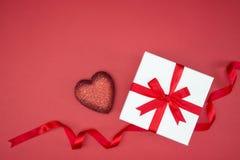 Geschenkboxverpackungsseidenband mit Liebesherzform lizenzfreie stockbilder