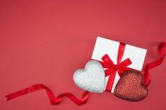 Geschenkboxverpackungsseidenband mit Liebesherzform stockfotografie
