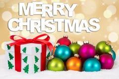 Geschenkdekoration der frohen Weihnachten mit goldenem Hintergrund Lizenzfreies Stockbild