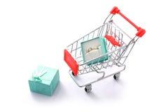 Geschenkdiamantring im Einkaufswagen getrennt Stockbild