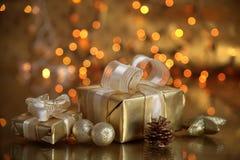 Geschenke auf goldenem Hintergrund stockbilder