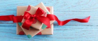 Geschenke auf hölzerner Tabelle lizenzfreies stockbild