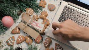 Geschenke auf Weihnachten und Neujahrsfeiertagen stock footage