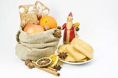 Geschenke an den Sankt- Nikolaustagen stockbilder