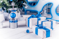 Geschenke der weißen Weihnacht mit blauen Bändern Stockbilder