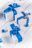Geschenke der weißen Weihnacht mit blauen Bändern Stockfotografie