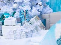 Geschenke des neuen Jahres Frohe Feiertage Blauer und weißer Hintergrund Lizenzfreie Stockfotos