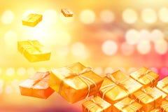 Geschenke des neuen Jahres Goldin einem Stapel auf Goldhintergrund Lizenzfreies Stockfoto