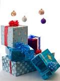 Geschenke, die Weihnachtsmorgen warten lizenzfreie stockfotos