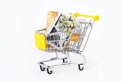 Geschenke in einem Einkaufenwagen Lizenzfreies Stockfoto