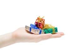 Geschenke in einer Hand Stockbild