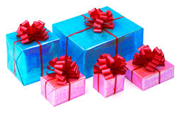 Geschenke eines Rosas und des Türkisblaus gebunden mit roten Bögen lizenzfreie stockfotografie