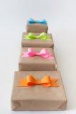 Geschenke eingewickelt im Kraftpapier Farbige helle Papierbögen Stockbild