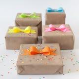 Geschenke eingewickelt im Kraftpapier Farbige helle Papierbögen Lizenzfreies Stockfoto