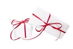 Geschenke eingewickelt im Weißbuch und mit rotem Band gebunden Lizenzfreie Stockbilder