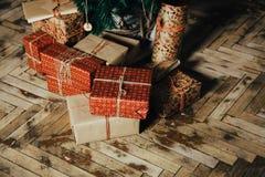 Geschenke für das neue Jahr in den Händen eines Familienurlaubs stockbild
