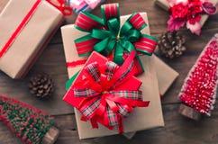 Geschenke für spezielle Momente auf Bretterboden Lizenzfreies Stockbild