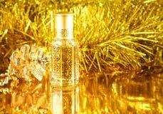 Geschenke mit arabischem Parfüm auf goldenem Hintergrund E Weihnachten, Geburtstag, Valentinsgruß-Tag stockfotografie