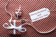 Geschenke mit Aufkleber, simsen frohe Weihnachten und guten Rutsch ins Neue Jahr Stockfoto