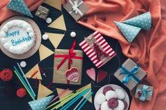 Geschenke mit Bonbons und Kuchen Lizenzfreie Stockfotos