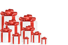 Geschenke mit den roten Bändern lokalisiert auf Weiß Lizenzfreie Stockfotografie