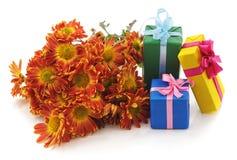 Geschenke mit Kamille stockfotos