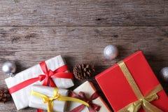 Geschenke mit Weihnachtsdekor auf Holzoberfläche - Reihe 10 Stockfotografie