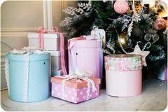 Geschenke nahe einem schönen Weihnachtsbaum lizenzfreie stockfotos