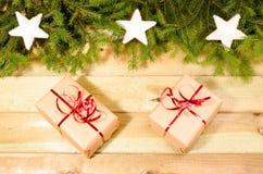Geschenke, Niederlassungen von Weihnachtsbäumen und Weihnachtsdekorationen Lizenzfreie Stockfotos