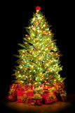 Geschenke um Weihnachtsbaum stockfoto