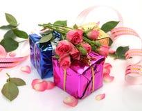 Geschenke und Blumen Stockfoto
