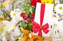 Geschenke und Blumen Lizenzfreies Stockbild
