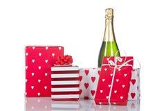 Geschenke und Champagnerflasche Stockbild