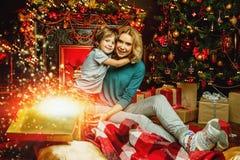 Geschenke und Familie lizenzfreies stockbild