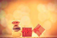 Geschenke und französische macarons Stockfotografie