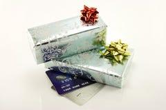 Geschenke und Kreditkarten Stockbild