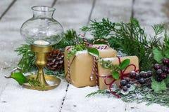 Geschenke und Laterne auf Schnee bedeckten Portal lizenzfreie stockfotos