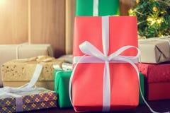 Geschenke und Spielwaren auf hölzernen Brettern Stockfotos