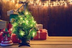 Geschenke und Spielwaren auf hölzernen Brettern verzierten Licht Stockfoto