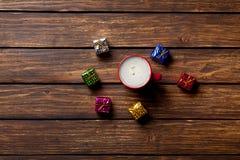 Geschenke und Tasse Kaffee Lizenzfreies Stockfoto