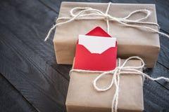 Geschenke und Umschlag mit leerem Papier Stockfotos