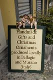 Geschenke und Verzierungen einer Zeichenwerbung außerhalb eines Shops in Bellagio, See Como stockfotos