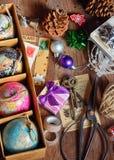 Geschenke und Weihnachtsverzierungen Stockfoto