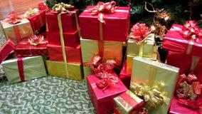 Geschenke unter dem Baum stock video