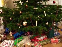 Geschenke unter dem Baum Stockbilder