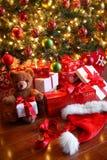 Geschenke unter dem Baum für Weihnachten Lizenzfreie Stockfotografie
